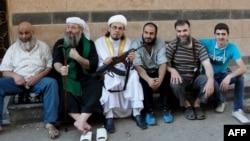عدد من مقاتلي كتائب الحق مع زعيمهم الشيخ ابو راتب
