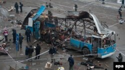 عناصر من قوات الطوارئ ومحققون روس يتفحّصون حافلة بعد تفجير إستهدفها في فولغوغراد بروسيا.