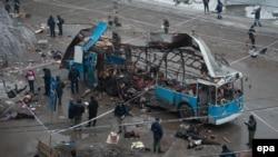 Российские спасатели работают на месте взрыва. Волгоград, 30 декабря 2013 года.