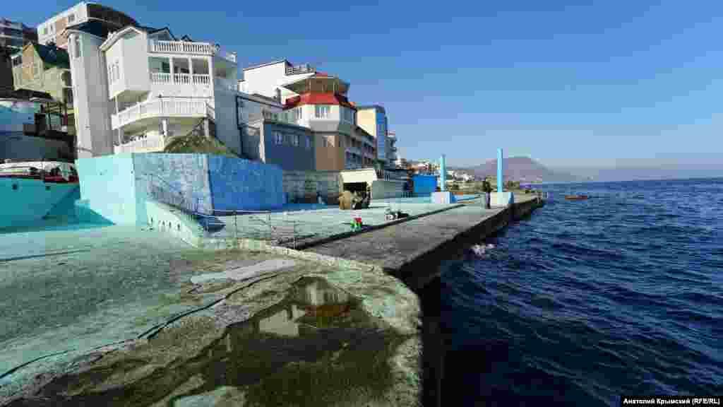 На пляже отеля «Аркадия» в поселке Утес