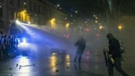 Policija koristi vodene topove kako bi rasterala demonstrante u Ljubljani, 30. novembar 2012.