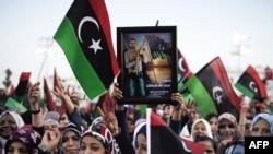 Ливийские женщины во время стихийной демонстрации в честь убийства Муаммара Каддафи. Триполи, 20 октября 2011 года.