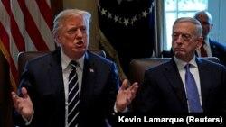 АҚШ президенті Дональд Трамп (сол жақта) пен қорғаныс министрі Джим Мэттис