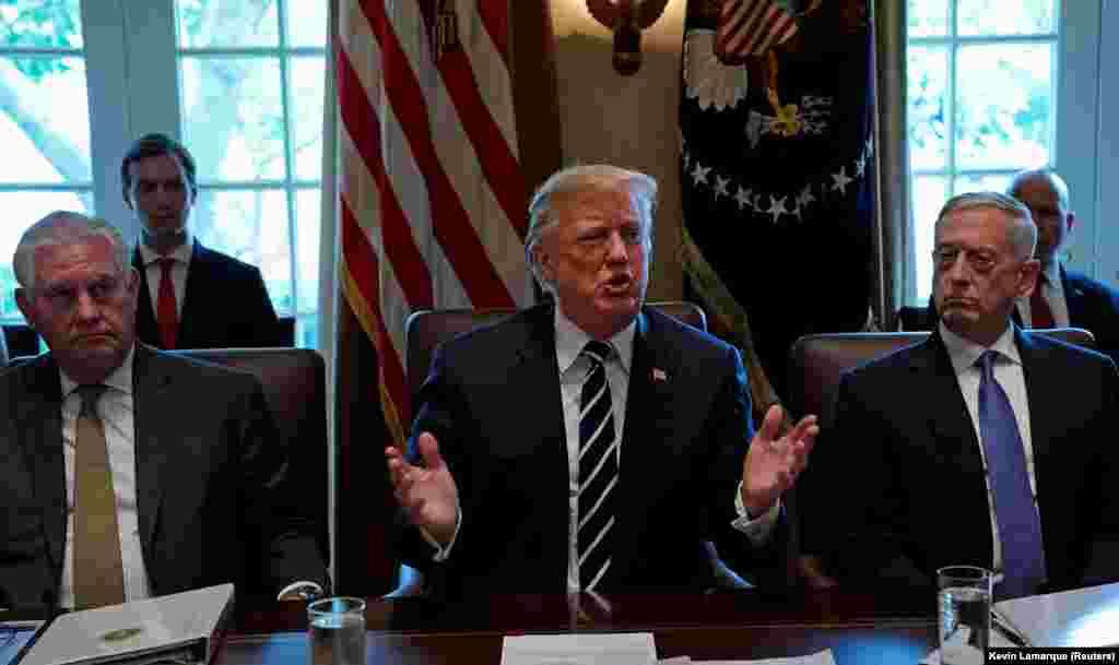 САД - Највисоките советници за национална безбедност на претседателот Донал Трамп побарале Конгресот да не ѝ ги укинува овластувањата на Белата куќа во војната против Исламска држава и другите милитантни групи. Републиканците и демократите со години се расправаат за тоа дека Конгресот ѝ отстапил преголем авторитет на белата куќа во распоредувањето на американските сили по нападите на 11 септември 2001 година.