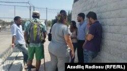 Jurnalistlər həbsxananın qarşısında.
