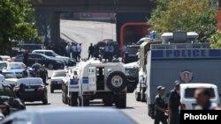 Поліція блокує дорогу, що веде до захопленого відділення в Єревані, 17 липня 2016 року