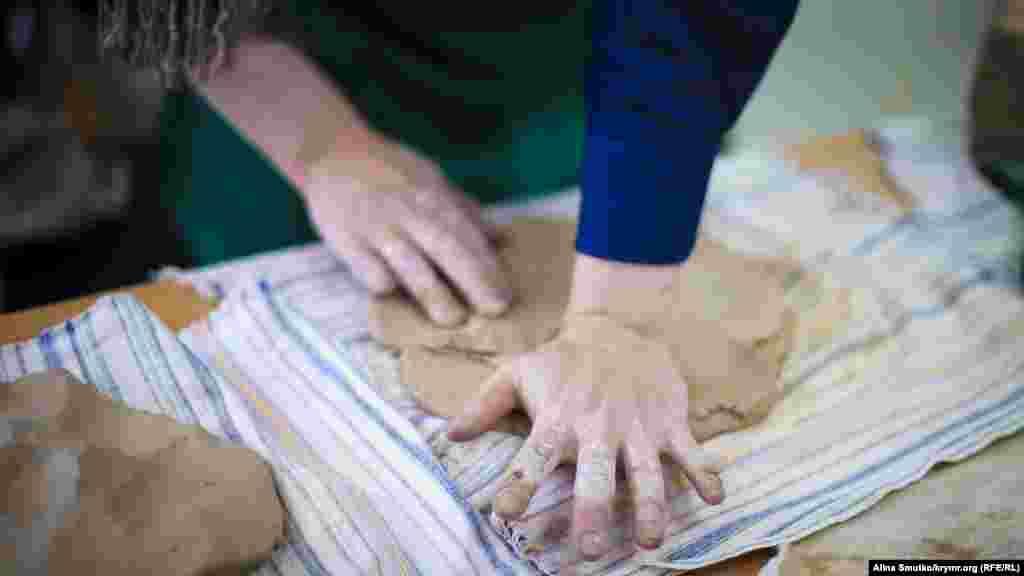 Глина, по словам мастера, ленивых не любит: «Расслабишься – и она уже снова твердая». Материал для работы Эльвисе по душе выбирать самостоятельно. «Муж иногда отвозит меня на карьер, напримерв Марьино, и там я сама себе выбираю глину для будущих работ».