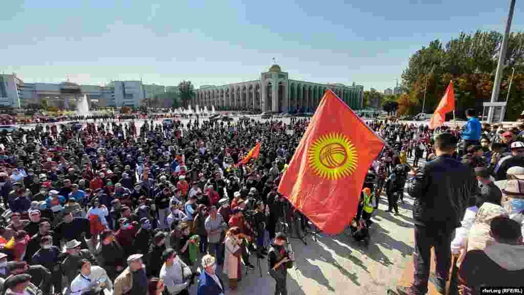 """Кыргызстанда парламенттик шайлоого катышкан дагы бир нече саясий партия биригип, бул жараянды мыйзамсыз деп табууну чогуу талап кылмай болушту. 5-октябрда """"Реформа"""", """"Мекен Ынтымагы"""", """"Чоң Казат"""", """"Ыйман нуру"""" жана """"Ордо"""" партиялары бириккенин жарыялашты."""