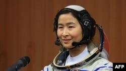 Қытай астронавы Лю Янг ғарыш айлағында отыр. Қытай, 12 маусым 2012 жыл.