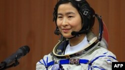 Хитойнинг биринчи космонавт аёли 33 яшар Л.Цзянг.
