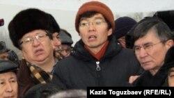 Оппозиционный политик Серик Сапаргали, гражданский активист Галым Агелеуов и оппозиционный политик Жасарал Куанышалин (слева направо, в центре). Алматы, площадь Республики, 17 декабря 2011 года.
