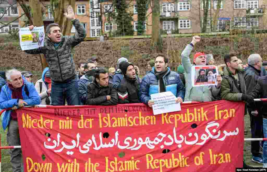 """Гамбургтегі Иран консулдығы алдына жиналған адамдар """"Иран ислам республикасы жойылсын!"""" деп жазылған ұран ұстап шықты. Германия. 3 қаңтар 2018 жыл."""