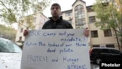 Пресс-секретарь партии «Наследие» Давид Санасарян проводит акцию протеста перед зданием ереванского офиса ОБСЕ, 17 ноября 2014 г.
