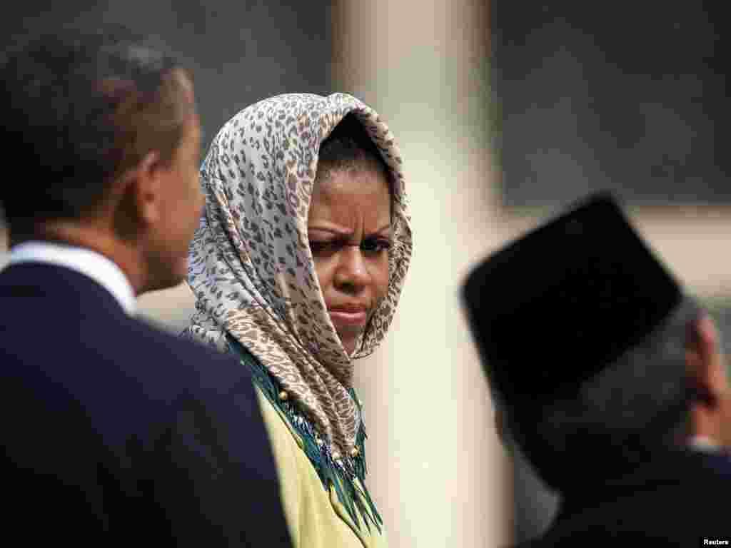 رئیس جمهور آمریکا ، باراک اوباما (چپ) ، و میشل اوباما در مسجد استقلال در جاکارتا پایتخت اندونزی - اندونزی