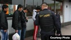 Рейд полиции среди трудовых мигрантов в России. Архивное фото.