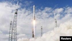 Pamje nga lansimi i mini-anijes kozmike X-37B në dhjetor të vitit 2012
