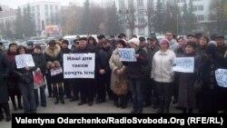 Працівники Рівненського ливарного заводу пікетують обласну раду з вимогою виплати заробітної плати, 16 листопада 2012 року