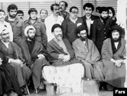 محمد بهشتی در کنار چهرههای شاخص شورای انقلاب و حزب جمهوری اسلامی، از جمله واعظ طبسی، محمدجواد باهنر، علی خامنهای و احمد خمینی