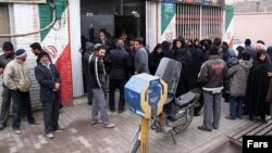 شهروندان در انتظار دریافت سبد کالا در بهمن ماه گذشته در سیرجان