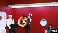 """Оперные певцы Эндрю Гудвин (Альфред) (в центре) и Динара Алиева (Розалинда) в сцене из оперетты """"Летучая мышь"""""""