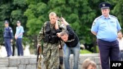 Бойовик затримав чоловіка за підозрою в шпигунстві на користь України