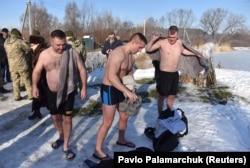 Американские военные инструкторы на базе под Львовом готовятся к купанию в проруби на праздник Крещения