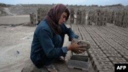 ستاره وفادار دختر ۱۸ سالۀ که لباس مردانه میپوشد و بهخاطر حمایت و سرپرستی خانواده خود در یک فابریکه خشت در ننگرهار کار میکند.