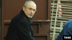 Russia--Handcuffed former Yukos head Mikhail Михаил Ходорковский в Хамовническом суде Москвы, апрель 2010 г.