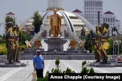 Мурдагы президент Сапармурад Ниязовдун монументи.