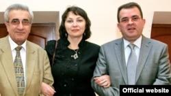 Юнус Ўғуз (ўнгда) журналистлар Оксана Буланова ва Али Сейид билан.