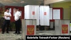 Полиция на одном из избирательных участков во Владикавказе, 10 сентября 2017 года