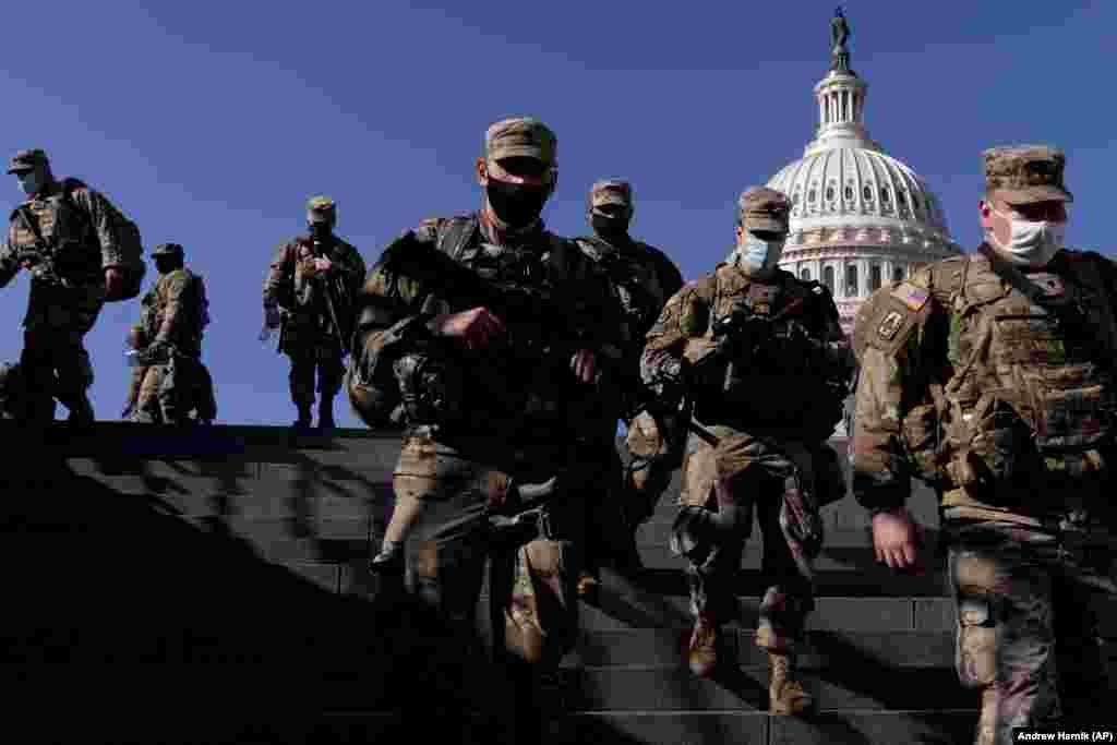 Membrii Gărzii Naționale, în apropierea clădirii Congresului SUA, 14 ianuarie 2021