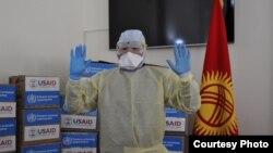 ЮСАИД уюму кыргызстандык дарыгерлерге коргонуучу костюмдарды жана каражаттарды берген учур, 11-март, 2020-жыл.