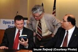 Са сьпікерам ізраільскага Кнэсэту Юліем Эдэльштэйнам (зьлева) і консулам Ізраіля ў Нью-Ёрку Ідам Ахароні, 2012 год
