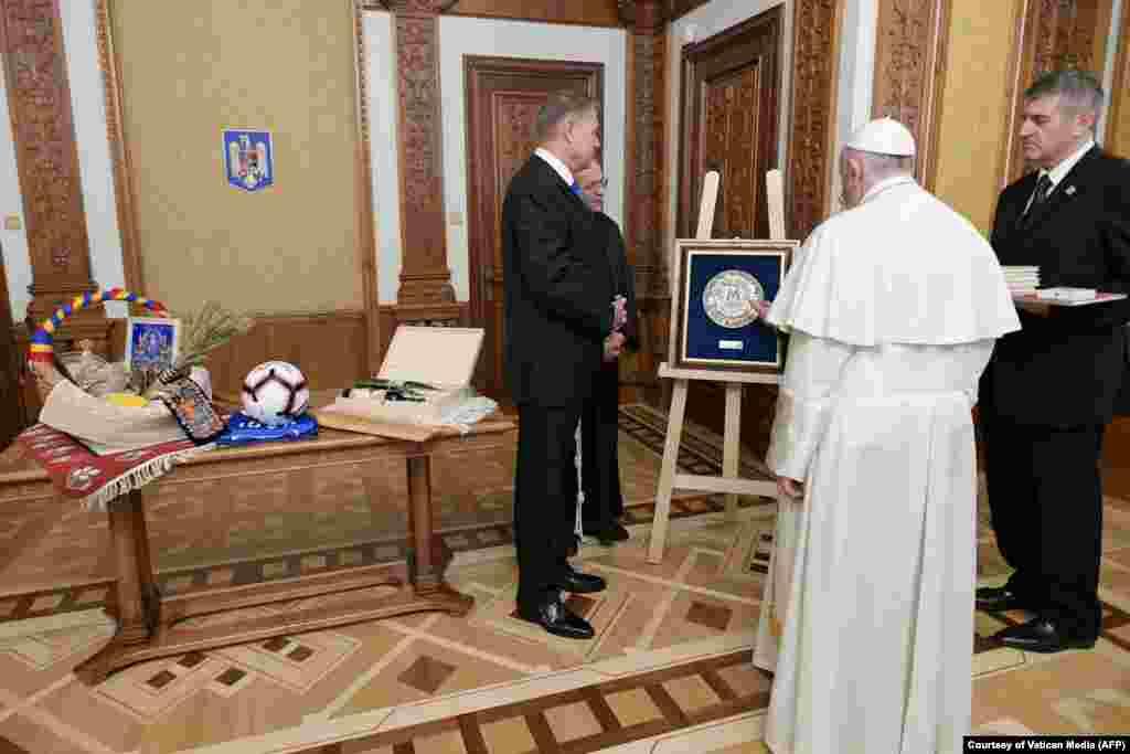 Klaus Iohannis i-a făcut Papei mai multe cadouri, printre care și o minge și un tricou cu autograf Gheorghe Hagi, fiind cunoscut faptul că Suveranul Pontif este un mare microbist.