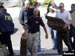 Афсарони FBI аз ҷои будубоши Файсал Шаҳзод маводи дарёфтшударо берун мебаранд.