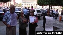 Демонстранты возле здания правительства