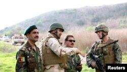 Армиски офицери на Аганистан и маринци во американски камп