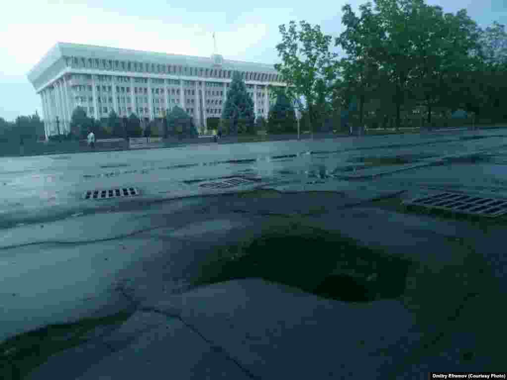 И что говорить про остальное, если даже возлездания Жогорку Кенеша и официальной резиденции президента КРтротуары не в самом лучшем состоянии. Все наверное потому, что наши политики давно не ходят пешком и не замечают происходящего на улицах города.
