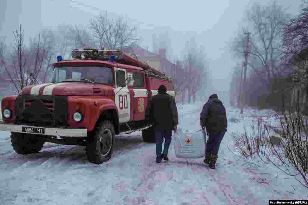 Humanitarian workers deliver blankets to Debaltseve.
