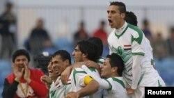 لاعبو المنتخب العراقي يحتفلون بعد تسجيل هدف الفوز على الكويت