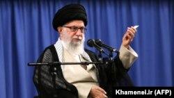 Критика Хаменеї, який має вирішальне слово у всіх державних питаннях ісламської республіки, вважається неприпустимою в Ірані