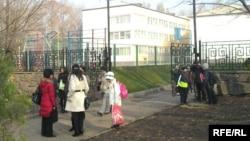 Орта мектеп оқушылары сабақтан кейін. Алматы, 24 қараша 2008 жыл. (Көрнекі сурет)