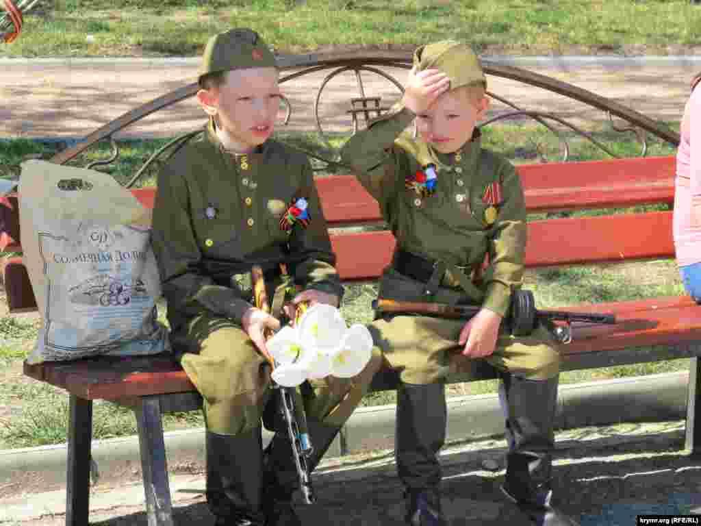 Мальчики в форме советских солдат.