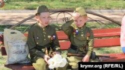 Дети в военной форме в Феодосии