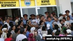 Ош қалалық әкімшілігі алдында Мырзакматовқа қолдау көрсетушілер жиналып тұр. Ош, 19 тамыз 2010 жыл