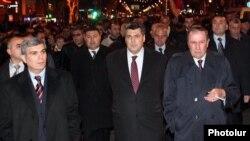 Слева направо: Арам Саргсян, Степан Демирчян и Левон Тер-Петросян во время шествия АНК (архивная фотография)