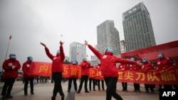 کارکنان بیمارستانی موقت در ووهان در پی مرخص شدن همه بیماران جشن گرفتند، ۹ مارس ۲۰۲۰