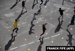 Nxënësit në Paris rikthehen në shkolla. Francë, 14 maj, 2020.