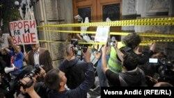 Učesnici protesta ispred zgrade Vlade Srbije, 25. april 2017.